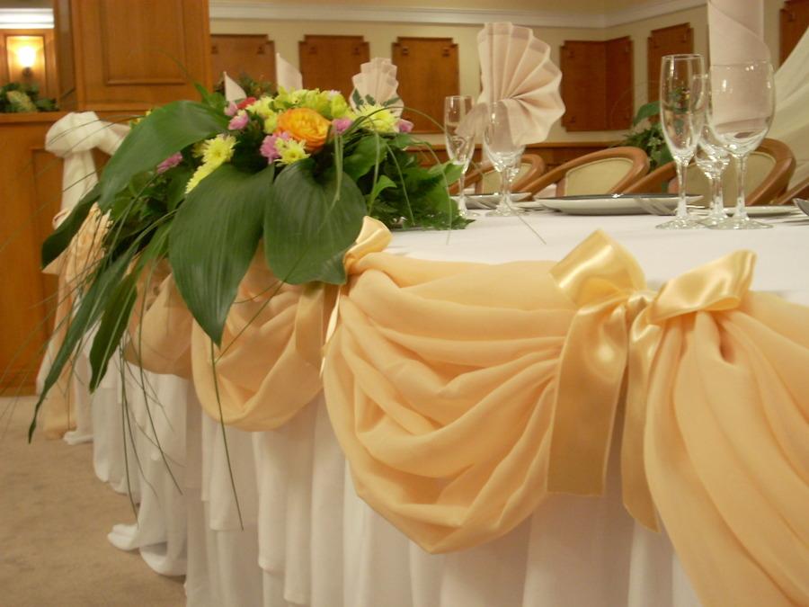 Как своими руками украсить свадебный стол молодых